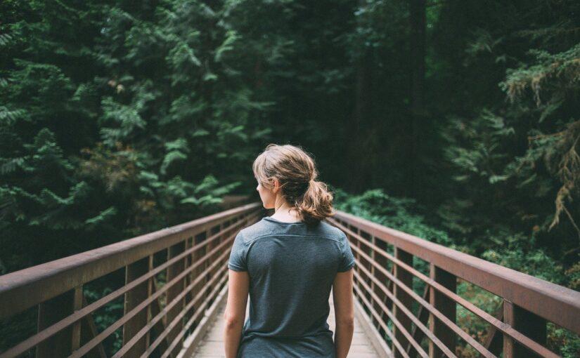 Fazer caminhada de 15 minutos na floresta combate depressão